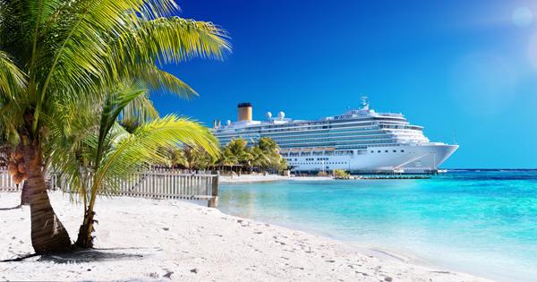 Kreuzfahrtschiff vor Strand