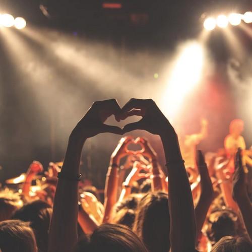 Bei einem Festivalbesuch formen Hände ein Herz