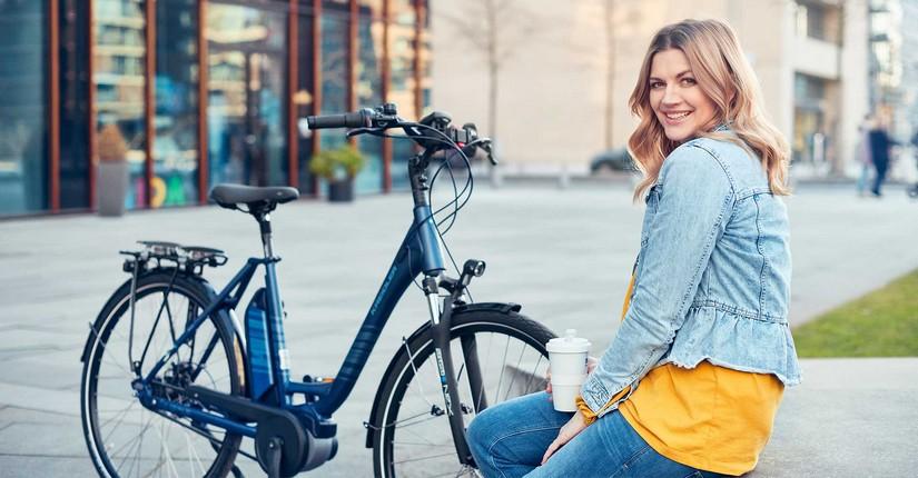 Nina Bott neben Fahrrad
