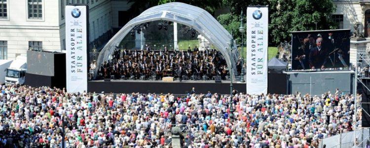 Staatsoper für alle: hunderte Menschen vor Open-Air-Bühne