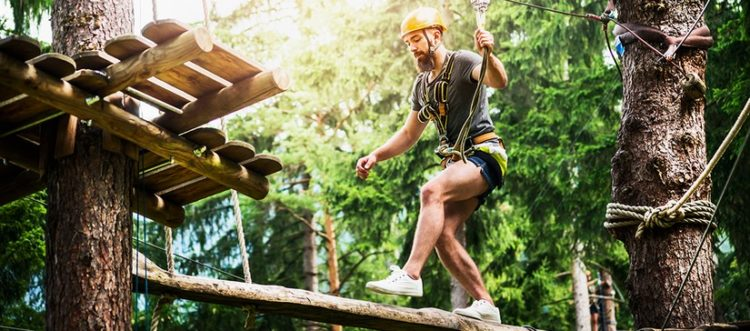 Freizeitblock: Mann im Kletterpark