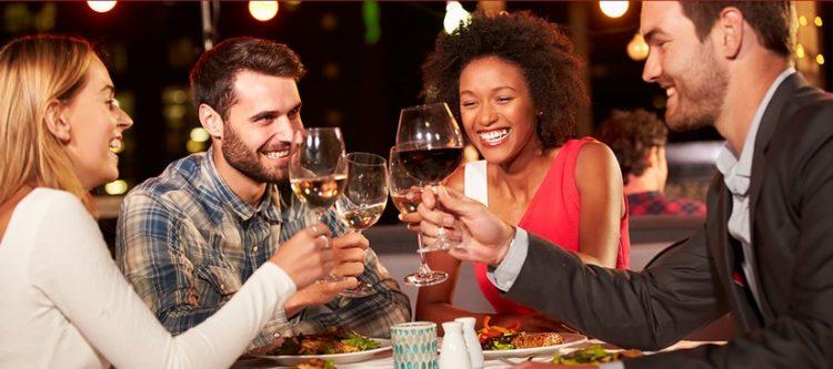 Freunde mit Wein beim Essen