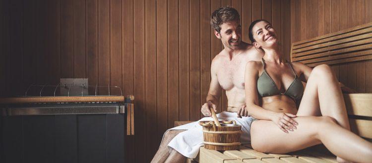 Saunablock: Mann und Frau in der Sauna