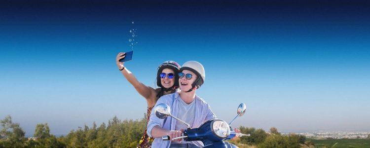 o2 Prepaid: Mann und Frau mit Handy auf Roller