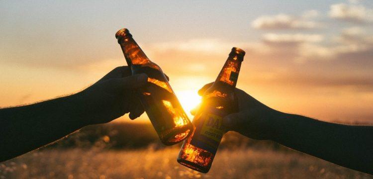 2 Bierflaschen vor Sonnenuntergang
