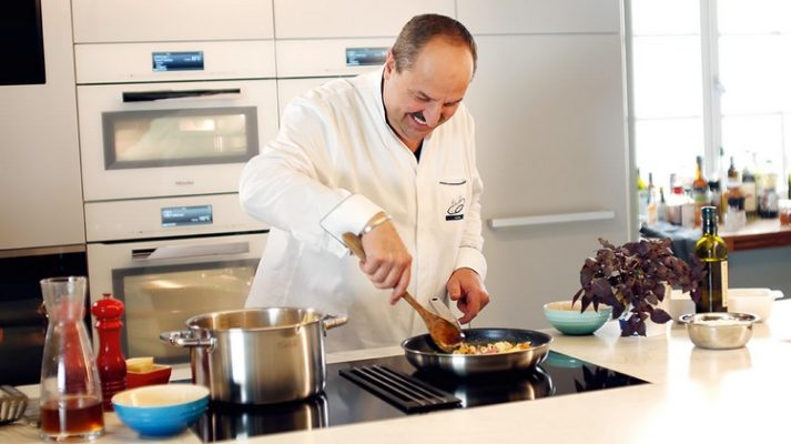 Johann Lafer in einer Küche