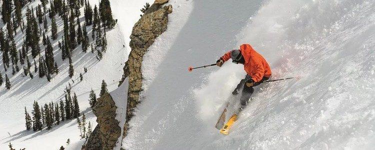 Mann auf Skiern auf der Piste
