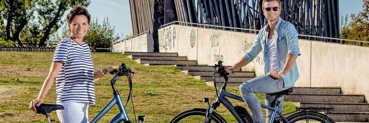 Mann und Frau mit Fahrrädern