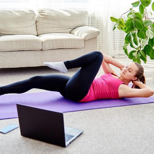 Frau trainiert vor Laptop