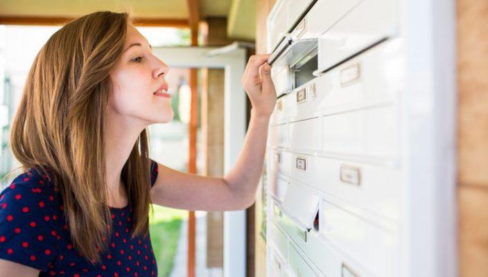 Frau am Briefkasten